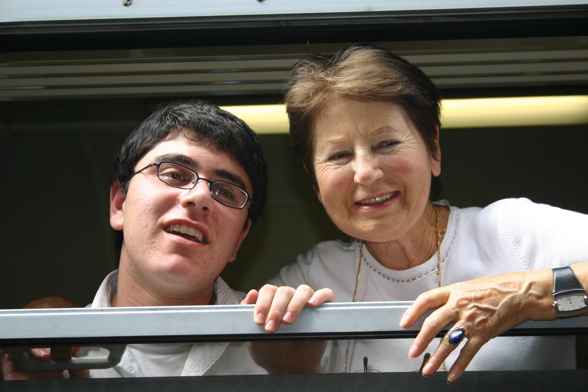 Laura Hillman mit ihrem Enkel Aryeh bei ihrem Besuch in ihrer Geburtsstadt Aurich (Juli 2004)